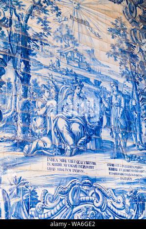 Portugal Porto Porto Sé do Porto cloître de la cathédrale Sé bleu azulejo et blanc panneau tuile scène biblique texte latin château détail femmes voluptueuses Banque D'Images