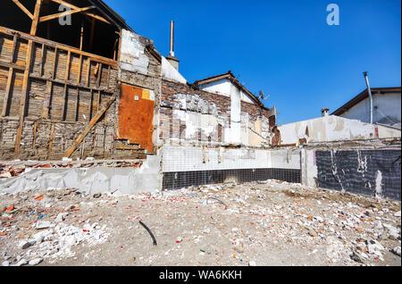 Vue extérieure du vieux démoli des bâtiments industriels Banque D'Images