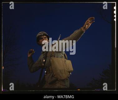 Un ananas, du genre l'axe trouve difficile de digérer, est prête à quitter la main de fantassin en formation à Fort Belvoir, Virginie, les soldats américains font de bons lanceurs de grenade Banque D'Images