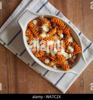 """Un plat de pâtes fusilli 'alla Norma"""", un plat composé de sicilienne aubergines frites, mozzarella ou fromage ricotta, sauce tomate et basilic. Banque D'Images"""