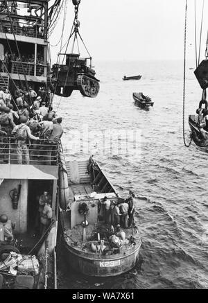 Guadalcanal-Tulagi les débarquements, 7-9 août 1942. Un Corps des Marines américains M2A4 Stuart light tank est levé, de l'USS Alchiba (AK-23) dans un LCM(2) des engins de débarquement, au large de l'invasion de Guadalcanal plages sur la première journée des débarquements, il y a 7 août 1942.