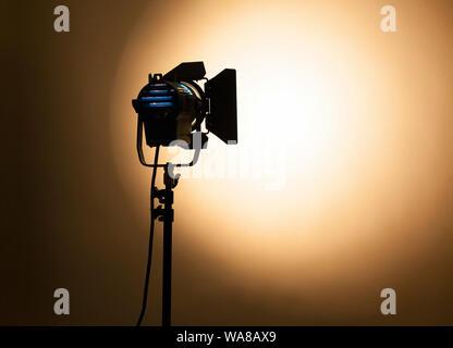 Studio light avec des portes de grange & lampe halogène Banque D'Images