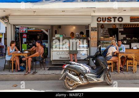 Les gens de boire du café à l'extérieur de Gusto Cafe, El Nido, l'île de Palawan, Philippines Banque D'Images