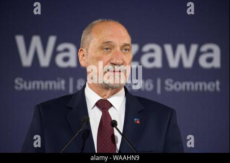 Le ministre polonais de la Défense nationale Antoni Macierewicz lors d'une rencontre avec les médias. Sommet de l'OTAN 2016, Stade National, Varsovie le 8 juillet 2016. Banque D'Images