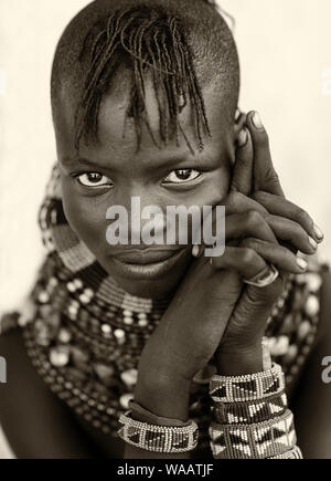 Belle fille avec des tribus Turkana collier traditionnel et coiffure à Loyangalani, au Kenya. Banque D'Images