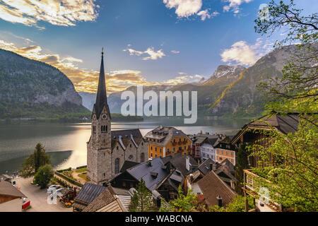 Hallstatt en Autriche, le lever du soleil nature paysage de Hallstatt village avec lac et montagne