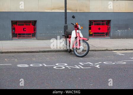 Une Honda cyclomoteur stationné dans un parking motos Solo Bay, Ecosse, Royaume-Uni Banque D'Images