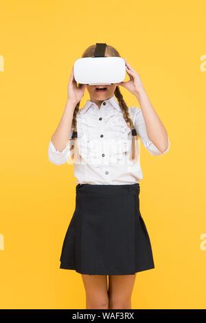 Les technologies modernes. Petit enfant porter des lunettes sans fil VR. Happy kid utiliser les technologies modernes. L'éducation future. retour à l'école. Avenir numérique et l'innovation. La réalité virtuelle. Petite fille dans casque VR.