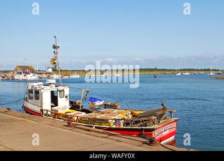 Un bateau de pêche côtière avec des captures à bord à quai dans le port de North Norfolk Wells-next-the-Sea, Norfolk, Angleterre, Royaume-Uni, Europe. Banque D'Images