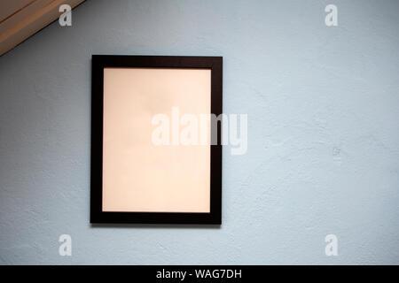 Maquette cadre noir sur bleu mur. texture de fond, l'espace pour le texte