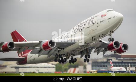 Glasgow, Royaume-Uni. 26 avril 2019. Virgin Atlantic Boeing 747-400 (reg G-VROM) vu au départ de l'Aéroport International de Glasgow pour la Floride. Virgin Holidays l'exploitation d'un service spécial de Glasgow chaque été pour accueillir le volume élevé de touristes écossais qui cherchent le soleil de la Floride. Remarque: Cet avion a également été impliqué dans un incident sérieux le 29 décembre 2014 sous le numéro de vol VS43 Boeing 747-400 G-VROM a effectué un atterrissage d'urgence à l'aéroport Gatwick de Londres. VS43 était en route pour Las Vegas (LAS) lorsque les pilotes a pris connaissance d'une question liée à l'atterrissage de l'aile droite de chenilles. Co Banque D'Images
