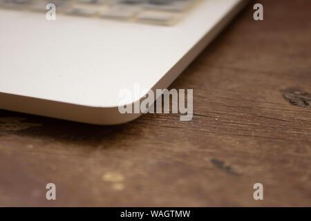 Vue sur un ordinateur portable avec fond de bois Banque D'Images