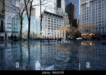 Le cube de verre de l'Apple Store avec les environs. Cinquième Avenue, Manhattan, New York City, New York, États-Unis d'Amérique, Amérique du Nord Banque D'Images