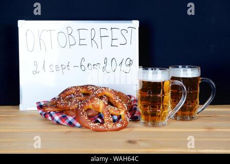 Fait à la main les bretzels et bière pour l'Oktoberfest party