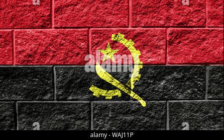 Drapeau de l'Angola close up peint sur un mur fissuré Banque D'Images