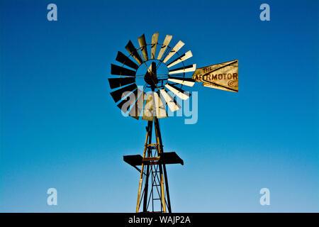 Ancien moulin à vent, l'Art Rock Ranch, près de Holbrook, Arizona, USA Banque D'Images