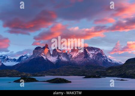 Le Chili, le Parc National Torres del Paine. Le lever du soleil sur les cornes (Cuernos del Paine) et le Lac Pehoe. Banque D'Images