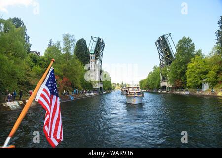 Journée d'ouverture de la fête nautique, Seattle, Washington State, USA. Montlake bateaux passant sous la passerelle. Banque D'Images