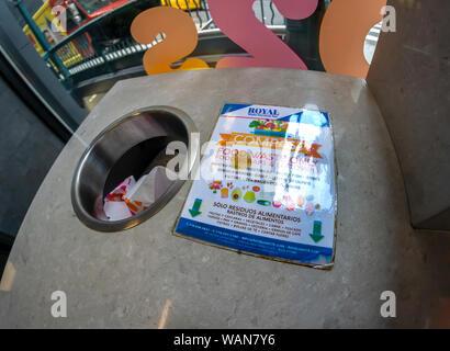 Un panneau dans un restaurant fast food à New York le mercredi, Août 14, 2019 invite les consommateurs à déposer leurs déchets qui peuvent être compostés dans un bac spécifique. (© Richard B. Levine) Banque D'Images