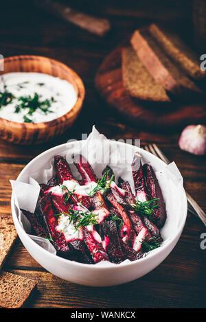 Frites de betterave cuite au four avec du yaourt grec et de la vinaigrette à l'aneth Banque D'Images