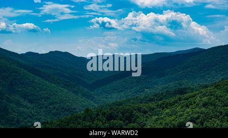 Très belle vue sur le paysage de montagnes des Appalaches avec ciel bleu Banque D'Images