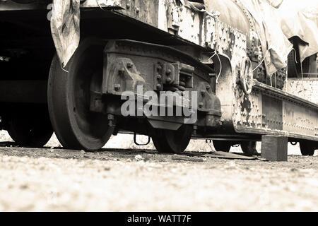 Ancienne locomotive du train de wagon, close-up de la ligne, sur la voie des roues recouvertes de bâche. Avec l'harmonisation des couleurs. Banque D'Images