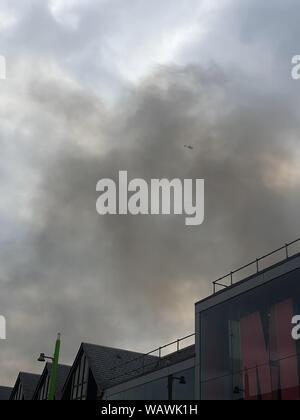Un vaste incendie a éclaté dans le Mall shopping center à Walthamstow, East London avec jusqu'à 100 pompiers lutter contre l'incendie pour la maîtriser. Jusqu'à présent il n'y a eu aucun rapport de toute blessure. Avec: Centre commercial de Walthamstow Fire, l'atmosphère, vue générale où: London, Royaume-Uni Quand: 22 juillet 2019 Source: WENN.com Banque D'Images