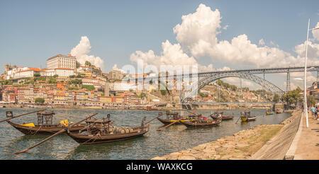 Vue colorée de la rive sud de Port péniches, le pont pont Louis Ier et quartier de Ribeira de la vieille ville sur la rivière Douro, Porto, Portugal Banque D'Images