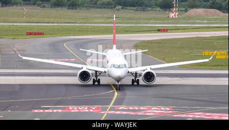 DUSSELDORF, ALLEMAGNE - le 26 mai 2019: Swiss International Air Lines Airbus A220-300 (CN 55030) taxi à l'aéroport de Düsseldorf.