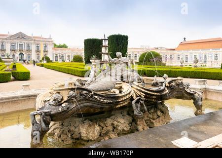 Fontaine de Neptune dans un beau parc dans la cour du palais national de Queluz, Lisbonne, Portugal Banque D'Images