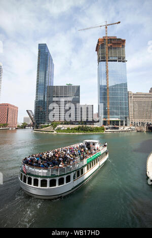L'architecture de Chicago tour voile passant Wolf Point sur la rivière Chicago Downtown Chicago Illinois Etats-Unis d'Amérique Banque D'Images