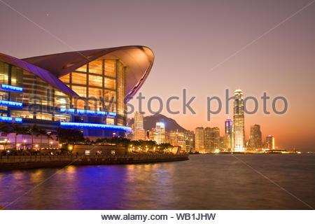 Hong Kong Convention and Exhibition Centre building dans Wan Chai et les toits des bâtiments à Chung Wan (district central), Victoria Harbour, Hong K Banque D'Images
