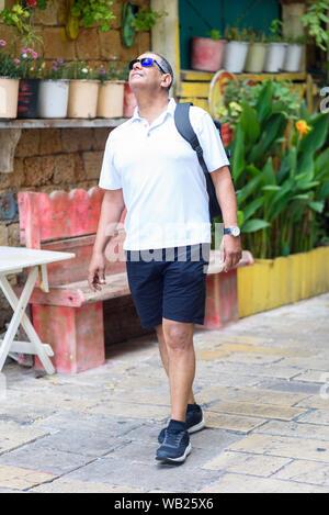 Tourisme Senior homme marche avec sac à dos en ville. Portrait de l'homme d'affaires voyageur Personnes âgées confiants en vacances. Voyages et Tourisme Concept. Banque D'Images