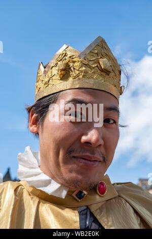 Edinburgh, Ecosse, Royaume-Uni. 23 août, 2019. Un interprète sur le Royal Mile, la promotion Happy Prince sur au lieu d'exposition 21 au cours de l'Edinburgh Fringe Festival. Dans la rue, un jeune garçon trouve une copie de l'histoire de l'Oscar Wilde Happy Prince et promet de se transformer en une hirondelle ainsi il peut apporter le même confort à ses voisins que le prince n'original. Mais qui va l'aider sur ses missions pour s'occuper de ceux autour de lui. Credit: Skully/Alamy Live News