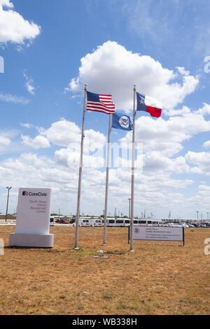 Dilley, Texas, USA. Août 23, 2019. La porte d'entrée pour l'U.S. Immigration and Customs Enforcement (ICE) de la famille du sud du Texas à l'extérieur de l'établissement résidentiel Dilley. Le campus 55 acres est actuellement la maison d'environ 900 mères et enfants en attente d'immigration ou d'expulsion. Credit: Bob Daemmrich/ZUMA/Alamy Fil Live News Banque D'Images
