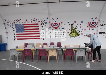 Dilley, Texas, USA. Août 23, 2019. Thèmes-patriotique ornent les murs du centre de loisirs à la U.S. Immigration and Customs Enforcement (ICE) de la famille du sud du Texas à l'extérieur de l'établissement résidentiel Dilley. Le campus 55 acres est actuellement la maison d'environ 900 mères et enfants en attente d'immigration ou d'expulsion. Credit: Bob Daemmrich/ZUMA/Alamy Fil Live News Banque D'Images