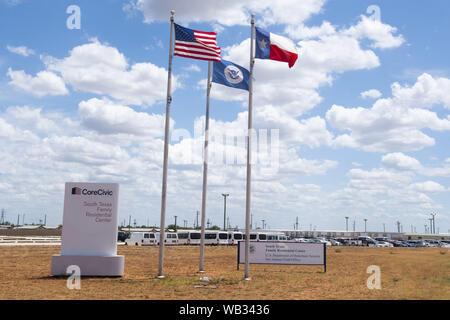 Dilley, Texas, USA. Août 23, 2019. La porte d'entrée pour l'U.S. Immigration and Customs Enforcement (ICE) de la famille du sud du Texas à l'extérieur de l'établissement résidentiel Dilley. La 55-acre campus est en ce moment la maison d'environ 900 mères et enfants en attente d'immigration ou d'expulsion. Credit: Bob Daemmrich/ZUMA/Alamy Fil Live News Banque D'Images