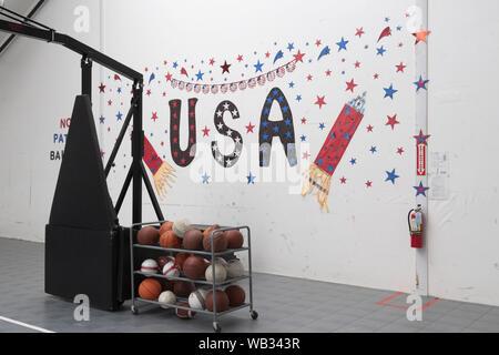 Dilley, Texas, USA. Août 23, 2019. Thèmes-patriotique ornent les murs du centre de loisirs à la U.S. Immigration and Customs Enforcement (ICE) de la famille du sud du Texas à l'extérieur de l'établissement résidentiel Dilley. La 55-acre campus est en ce moment la maison d'environ 900 mères et enfants en attente d'immigration ou d'expulsion. Credit: Bob Daemmrich/ZUMA/Alamy Fil Live News Banque D'Images