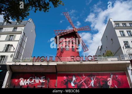 Paris, France - 16 août 2019: Moulin Rouge Paris façade dans une belle lumière du jour Banque D'Images