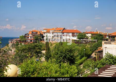Nessebar est une ville de villégiature en Bulgarie sur la mer Noire. Vue de la promenade de bord de mer avec un parc, cafés et restaurants