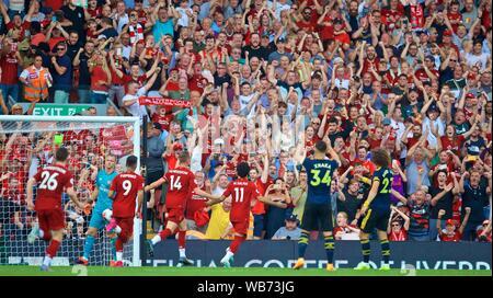 Liverpool. Août 25, 2019. Mohamed Salah de Liverpool (3e R) célèbre marquant une pénalité au cours de l'English Premier League match entre Liverpool FC et Arsenal FC à Anfield à Liverpool, Angleterre le 24 août 2019. Source: Xinhua/Alamy Live News Banque D'Images