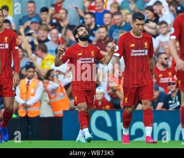 Liverpool. Août 25, 2019. Mohamed Salah de Liverpool fête marquant une pénalité au cours de l'English Premier League match entre Liverpool FC et Arsenal FC à Anfield à Liverpool, Angleterre le 24 août 2019. Source: Xinhua/Alamy Live News Banque D'Images