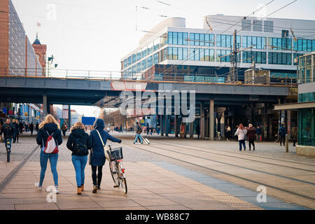 Les filles dans la rue dans le centre-ville de Alexanderplatz Berlin en Allemagne dans l'Europe en hiver. Banque D'Images