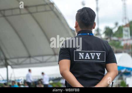 Les hommes sous la forme de personnel de sécurité de la marine thaïlandaise se tiennent prêts Banque D'Images