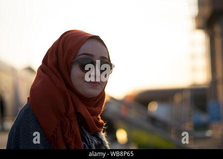 Belle jeune fille musulmane posant dans la rue à Istanbul Banque D'Images