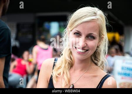 Tilburg, Pays-Bas. Jeune femme souriante et visiter la foire annuelle du lundi. Banque D'Images