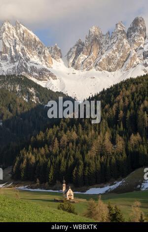 Paysage avec église St Johann à Santa Maddalena, Dolomites Tyrol du sud de la vallée de Funes l'Italie, l'Europe. Banque D'Images