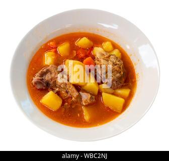 Soupe à l'agneau délicieux avec des pommes de terre. Plat oriental traditionnel. Plus isolé sur fond blanc Banque D'Images