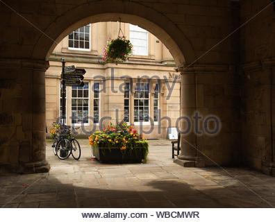 Shrewsbury, musée et galerie d'art dans l'ancien Music Hall, vue du dessous de l'ancien marché couvert. Shropshire, England, UK Banque D'Images