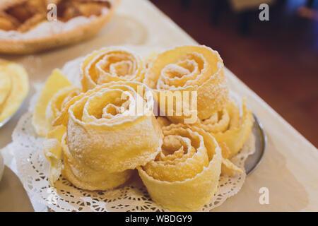 Les cookies traditionnels russes broussailles dans une assiette blanche sur table en bois blanc, close-up, fokus sélective Banque D'Images